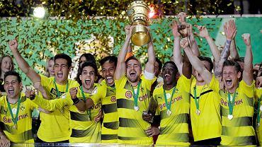 Łukasz Piszek i jego koledzy z BVB świętują zdobycie Pucharu Niemiec