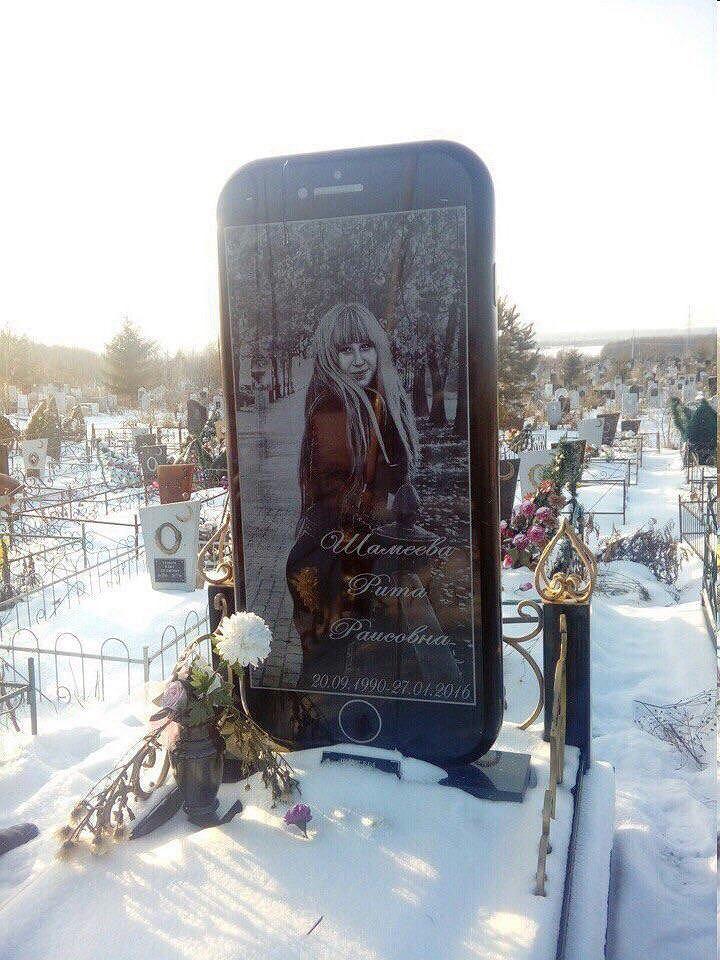 Wielki nagrobek w kształcie iPhone'a na cmentarzu w Rosji