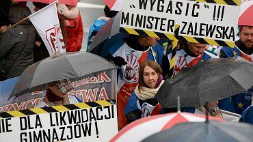 Protest nauczycieli, rodziców i samorządowców, oraz członków Związku Nauczycielstwa Polskiego przeciwko proponowanej przez PiS reformie edukacji. Olsztyn 10.10.2016