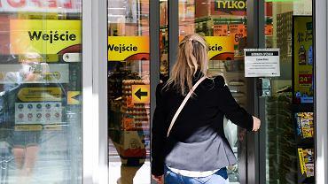Klienci w maseczkach w Biedronce