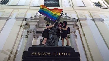 Happening z lipca 2020 r.: aktywistki umieszczały flagę LGBT na warszawskich pomnikach, w tym na statui Jezusa przed kościołem na Krakowskim Przedmieściu. Policja stawiała im zarzuty znieważenia pomników.