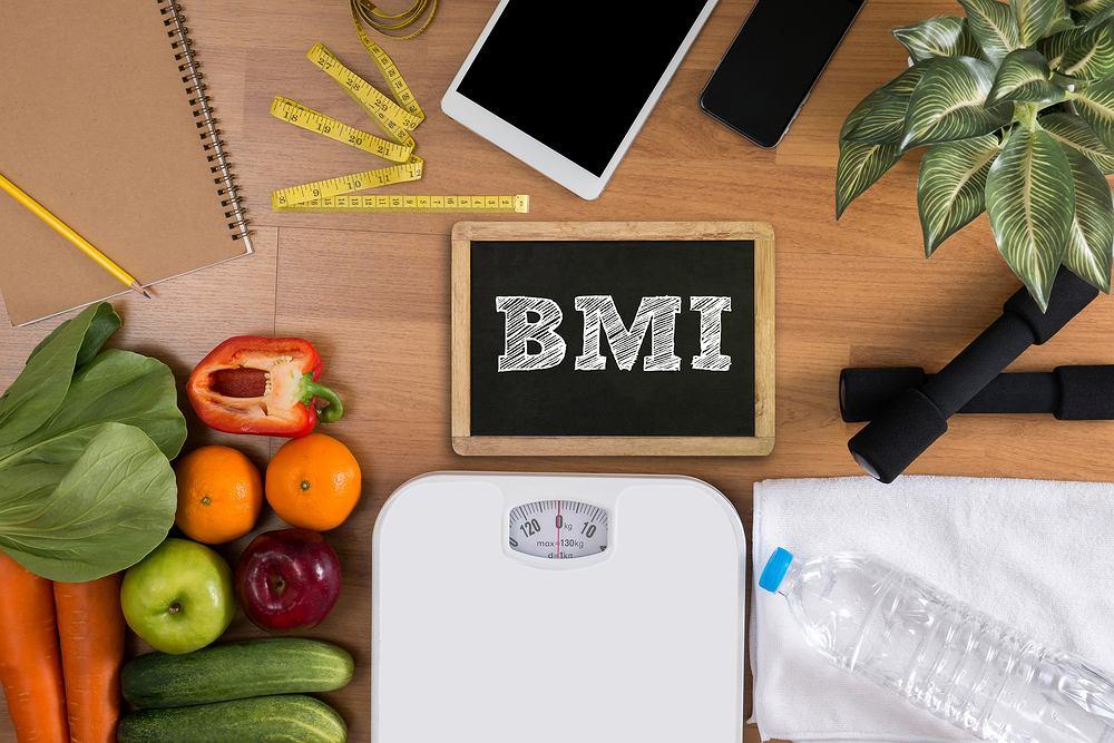 Jak obliczyć BMI? Wystarczy znać swoją wagę oraz dokładny wzrost. Należy podzielić masę ciała (podaną w kilogramach) przez wzrost w metrach podniesiony do kwadratu.