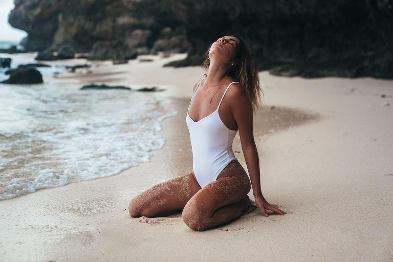 Jak dobrze wyglądać na plaży? Przygotuj swoje ciało i garderobę!