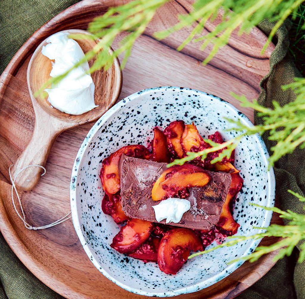 Proste semifreddo z gorącymi brzoskwiniami i malinami