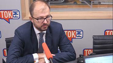 Dr Piotr Dardziński w studiu TOK FM.