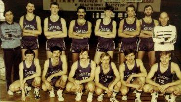 Mistrzowska drużyna koszykarzy Zagłębia Sosnowiec. Włodzimierz Środa trzeci od prawej w górnym rzędzie