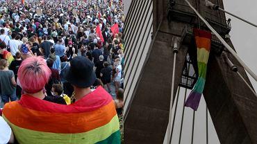 Tęczowa flaga zawisła na moście Świętokrzyskim