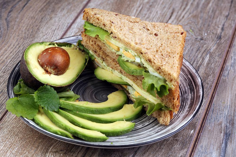 Kanapka z avocado i pastą jajeczną