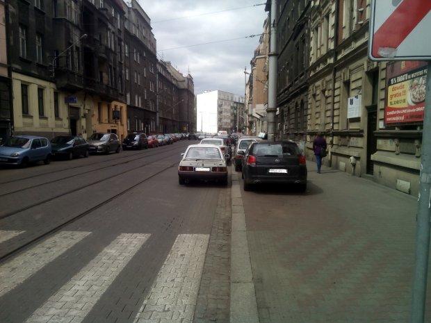 Na ulicy Gliwickiej w Katowicach szerzy się wśród kierowców nowy sposób na darmowe parkowanie. Samochody ustawiają się w dwóch rzędach, zastawiając część chodnika i ulicy. Wszystko po to, żeby nie płacić