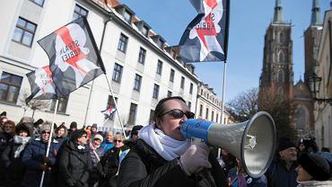 Demonstracja #WieszakDlaBiskupa zorganizowana we Wrocławiu przez Ogólnopolski Strajk Kobiet. Na pierwszym planie Marta Lempart