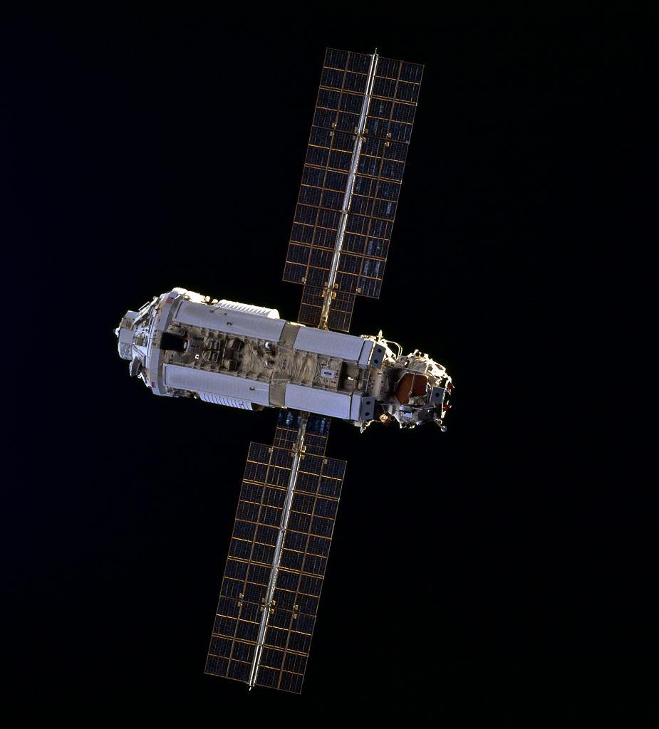 Moduł Zaria widoczny z pokładu wahadłowca Endeavour w 1998 roku
