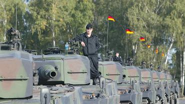 Zdjęcie ilustracyjne. Bundeswehra przekazuje polskiej armii czołgi Leopard 2. Świętoszów, 16 września 2002