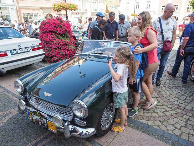 Zdjęcie numer 13 w galerii - Międzynarodowy rajd zabytkowych pojazdów na Rynku w Wałbrzychu. Było co podziwiać [ZDJĘCIA]