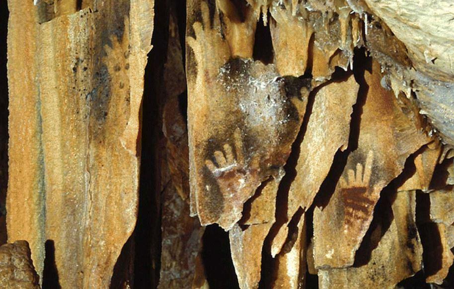 Wizerunek dłoni z obciętymi palcami na naciekach kalcytowych w jaskini Cosquer Cave w Calanque de Morgiou we Francji