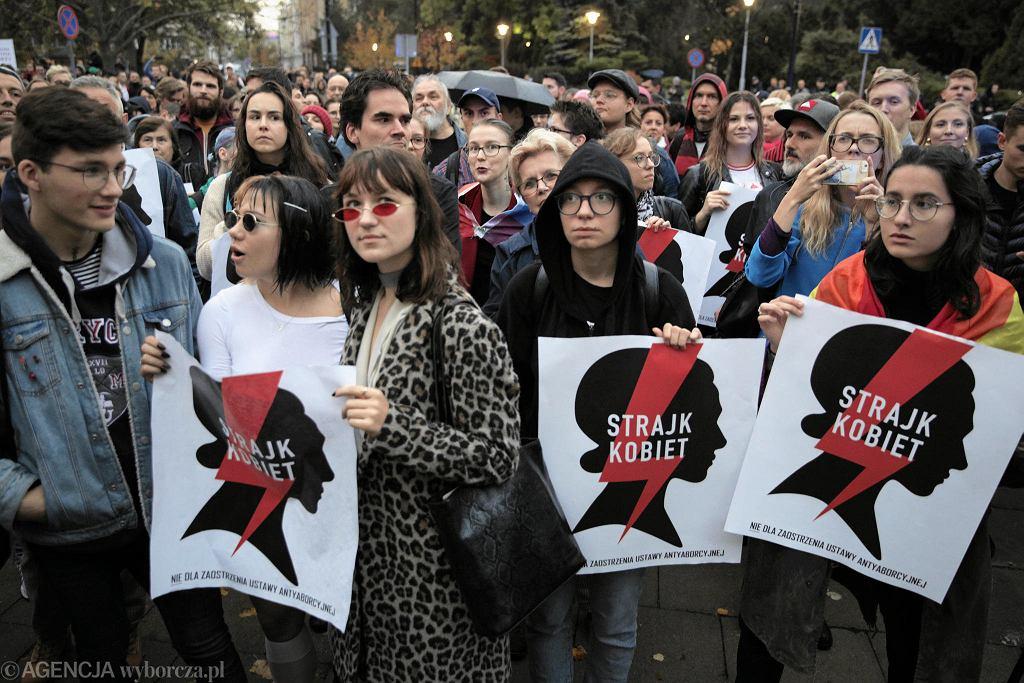 Protest przed Sejmem przeciwko próbie wprowadzenia zakazu edukacji seksualnej zorganizowany przez Ogólnopolski Strajk Kobiet
