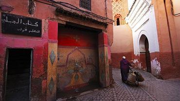 Wąskie uliczki dodają uroku wielkim miastom i spacerującym nimi turystom często pozwalają poczuć się jak w innym świecie. Nie wszystkie jednak są ciche i spokojne, te w Hiszpanii, Włoszech czy Maroku do wieczora tętnią życiem. // Marrakesz. Medyna, czyli stare miasto, to chyba najgwarniejsze miejsce w Marrakeszu. Najbardziej hałaśliwe, ale i najciekawsze. Wraz z ruchliwymi uliczkami, gdzie na stoiskach handlowych do wieczora tętni życie, została wpisana na listę światowego dziedzictwa UNESCO.