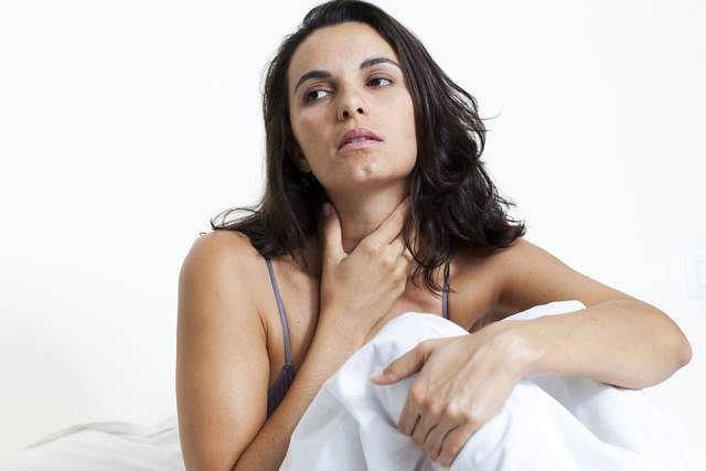 Ból gardła, problemy z przełykaniem i uporczywy kaszel mogą być zapowiedzią czegoś groźniejszego, niż