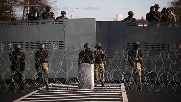 Siłowicy Łukaszenki blokują ulice Mińska przed demonstrantami, 18 października 2020 r.