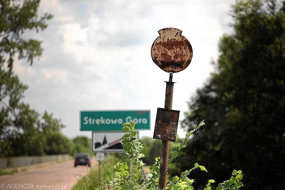 Zarośnięty i zardzewiały wiejski przystanek zlikwidowanej linii PKS