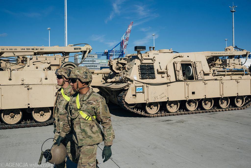 Rok 2017. Wojska amerykańskie z 2. Pancernej Brygadowej Grupy Bojowej przypłynęły w ramach wzmocnienia wschodniej flanki NATO