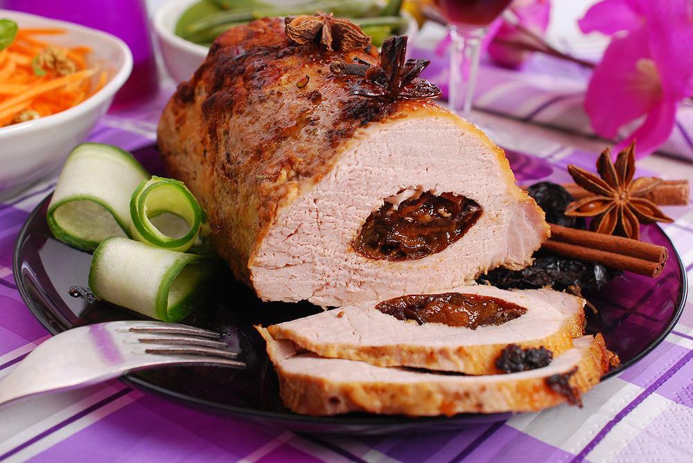 Soczysty schab ze śliwką to jedno z najsmaczniejszych pieczonych mięs, jakie przygotowuje się w polskich kuchniach