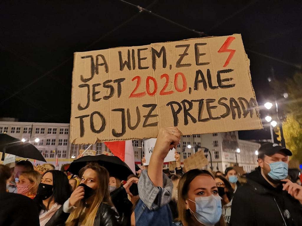 Torunianie przynoszą na protesty w obronie praw kobiet pomysłowe i wymowny banery