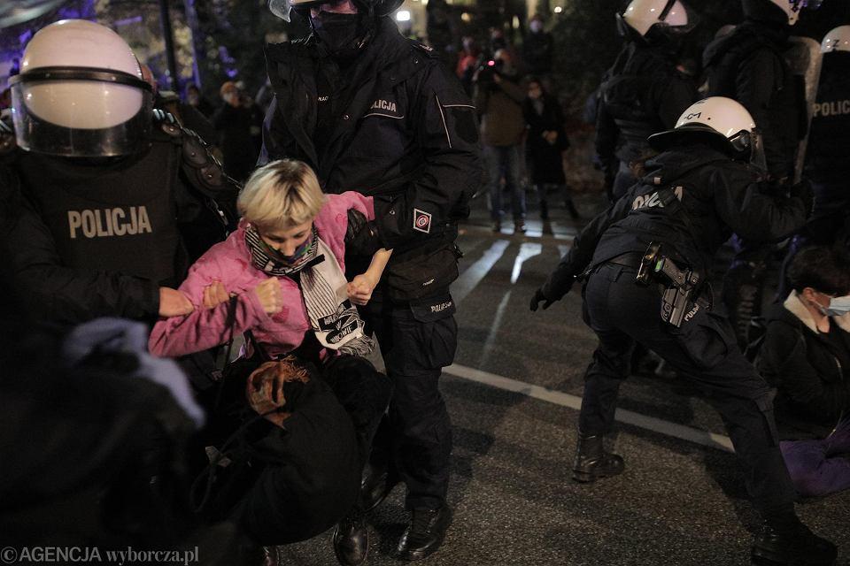 9.11.2020, Warszawa, Strajk Kobiet. Kolejny protest, który spod MEN przeszedł przez miasto i skończył się akcją policji w rejonie ul. Książęcej