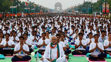 Międzynarodowy Dzień Jogi w Delhi (Indie). Na pierwszym planie premier Indii Narendra Modi. Podczas gdy świat widzi w jodze sposób na utrzymywanie zdrowia i równowagi psychicznej, w samych Indiach Dzień Jogi wbudził kontrowersje.