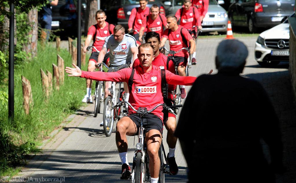 Jako pierwszy na trening przyjechał Kamil Grosicki i wygrał wyścig - jak mówi dyrektor reprezentacji Tomasz Iwan - Tour de Jurata. Trening zaczął się od oklasków dla Grosickiego, 30-letni skrzydłowy odebrał też żółtą koszulkę zwycięzcy wyścigu.