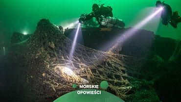 Strumienie światła z latarek wskazują na wplątaną w sieci fokę fot. Mariusz Czajka Ghost Diving Poland