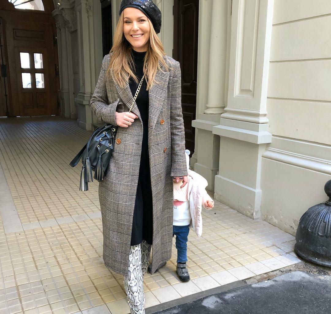 Paulina Sykut-Jeżyna w modnym płaszczu i kozakach