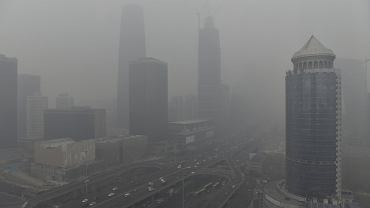 Pekin spowija rekordowy smog. Obowiązuje czerwony - najwyższy - alert