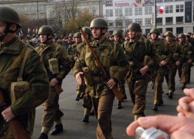 Daniel Łaga w wolnych chwilach. Jest członkiem grupy rekonstrukcyjnej - pierwsza brygada spadochronowa.