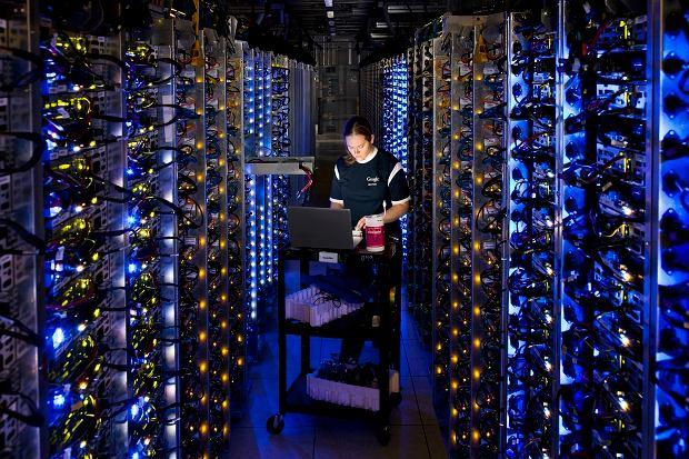 Serwerownia w The Dalles. Denise Harwood diagnozuje przegrzewający się procesor. Ponad dekadę produkujemy jedne z najefektywniejszych serwerów na świecie. Nasze centra danych zużywają ok. 50% mniej energii niż inne, bardziej typowe.