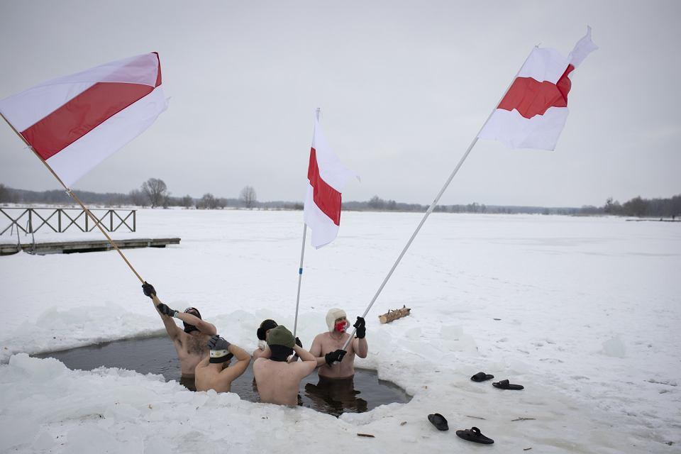 Białystok. Międzynarodowy Dzień Solidarności z Białorusią. W niedzielę (7 lutego)  grupa ponad 20 Białorusinów na znak solidarności ze swoimi współobywatelami w ojczyźnie postanowiła zamorsować. Przy temperaturze -15 stopni Celsjusza czterech śmiałków weszło do lodowatej wody dojlidzkiego zalewu dzierżąc w dłoniach biało-czerwono-białe flagi