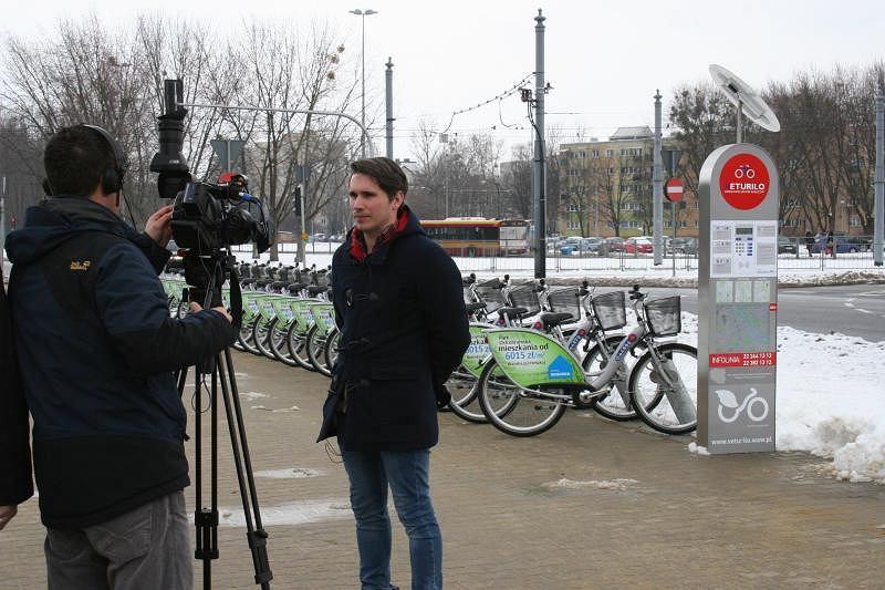 Łukasz Puchalski, pełnomocnik ratusza ds. rowerowych, odpowiada na pytania dziennikarzy Al Jazeery