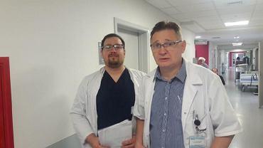 Lekarze z  Pododdziału Wideochirurgii wykonujący zabiegi metodą taTME - od lewej dr Mateusz Jęckowski, i dr Jacek Cywiński