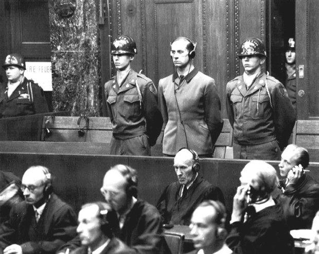 Norymberga, 19 sierpnia 1947 r. Karl Brandt słucha wyroku amerykańskiego trybunału wojskowego - za kierowanie akcją eutanazji i eksperymenty na więźniach dostał karę śmierci. Bezskutecznie domagał się, by go nie wieszać, lecz poddać eksperymentom medycznym, aby