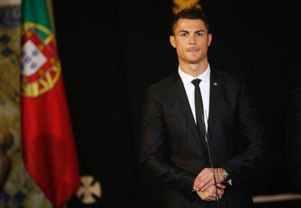 Portugal's soccer team captain Cristiano Ronaldo answers journalists' questions after receiving the Ordem do Infante Dom Henrique in Lisbon January 20, 2014.  REUTERS/Rafael Marchante (PORTUGAL - Tags: SPORT SOCCER) SLOWA KLUCZOWE: :rel:d:bm:GF2EA1K1DNZ01