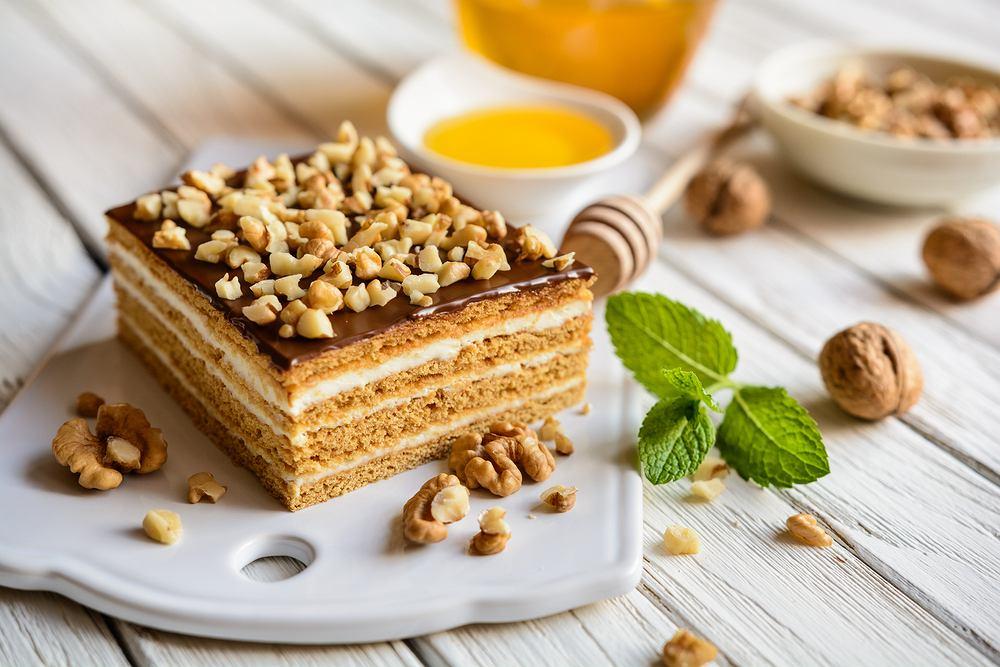 Ciasto królewicz - miodownik na Wielkanoc. Zdjęcie ilustracyjne