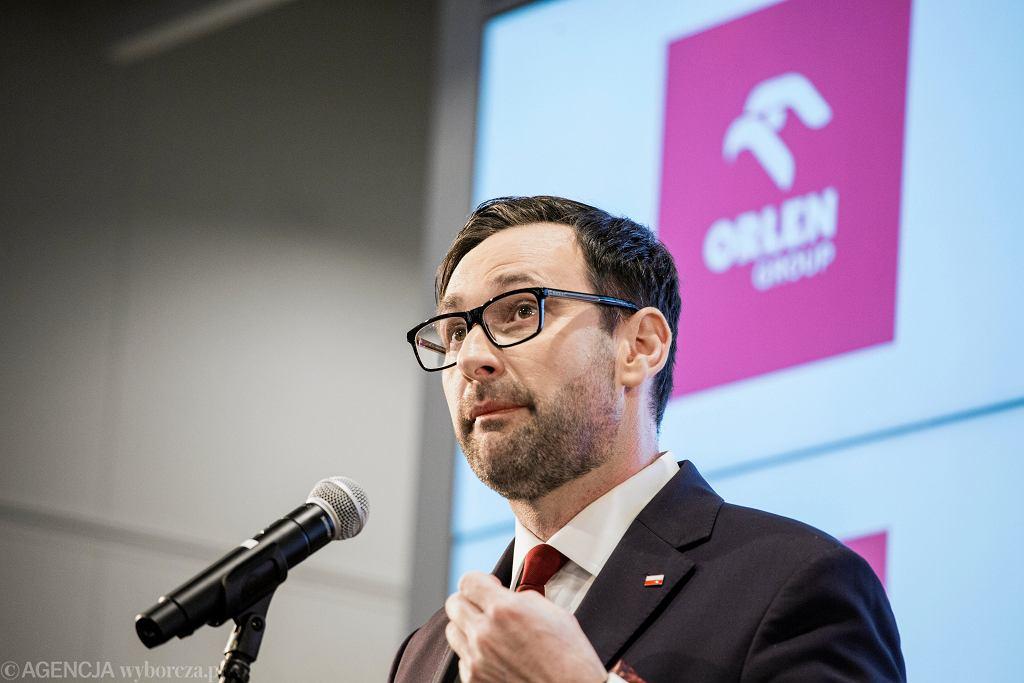 Daniel Obajtek pnie się po szczeblach kariery w państwie PiS. Kieruje największą w tej części Europy spółką paliwową, dostaje prestiżowe nagrody, jest wychwalany przez władzę i typowany na nowego premiera.