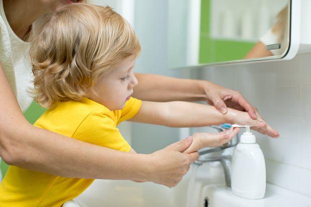 Jak sprawić, by dziecko z chęcią myło ręce? Sprawdzone sposoby rodziców