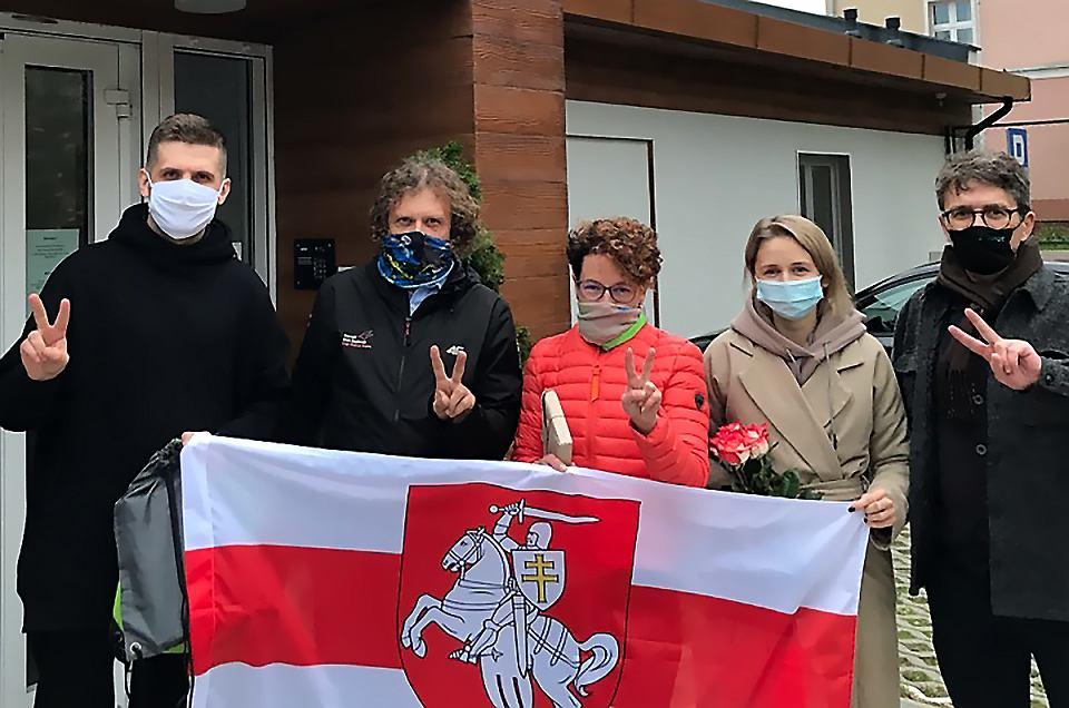 Uchodźcy polityczni z Białorusi w Sopocie na wspólnym zdjęciu z władzami Sopotu - prezydentem Jackiem Karnowskim, jego zastępczynią Magdaleną Jachim oraz Maciejem Ruskiem
