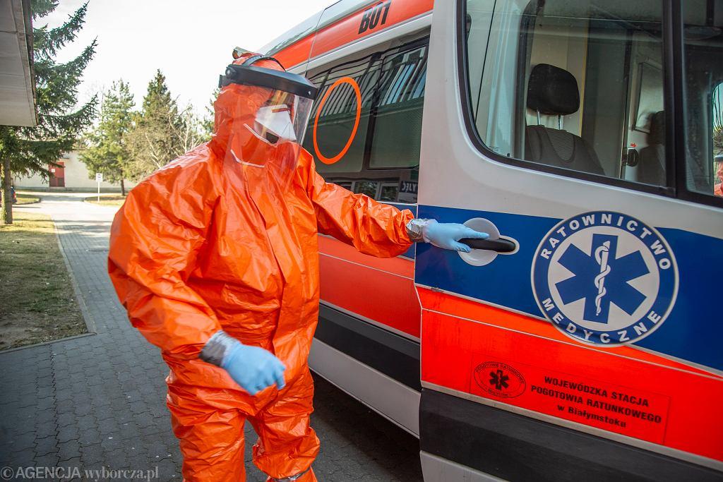 Epidemia koronawirusa w Polsce. Ratownicy medyczni podczas transportu pacjentki z podejrzeniem zakażenia