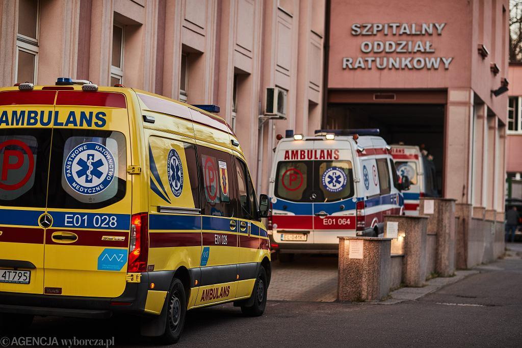 Epidemia koronawirusa. Sznur karetek przed szpitalami w całym kraju. 'Ponad 200 wyjazdów dziennie' (zdjęcie ilustracyjne)