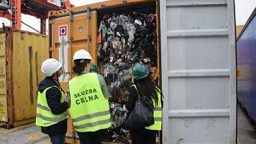 Funkcjonariusze w ramach operacji DEMETER IV zabezpieczyli ponad 1000 ton nielegalnych odpadów z Wielkiej Brytanii