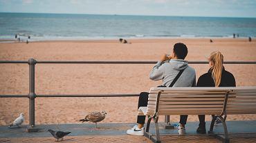 Koronawirus we Francji. W Biarritz można siedzieć na ławce tylko dwie minuty (zdjęcie ilustracyjne)