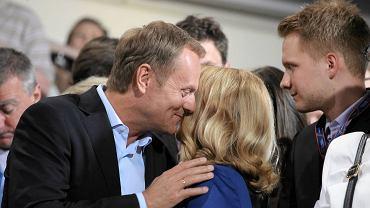 Donald Tusk całuje swoją żonę, Małgorzatę. Chwilę wcześniej podano, że PO wyprzedza PiS równo o procent