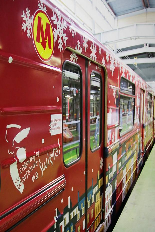 Świąteczny wystrój wagonów metra