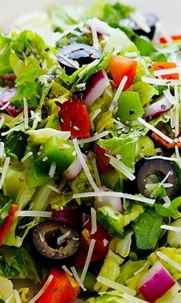 Włoska sałatka z oliwkami jest lekka, a jednocześnie sycąca